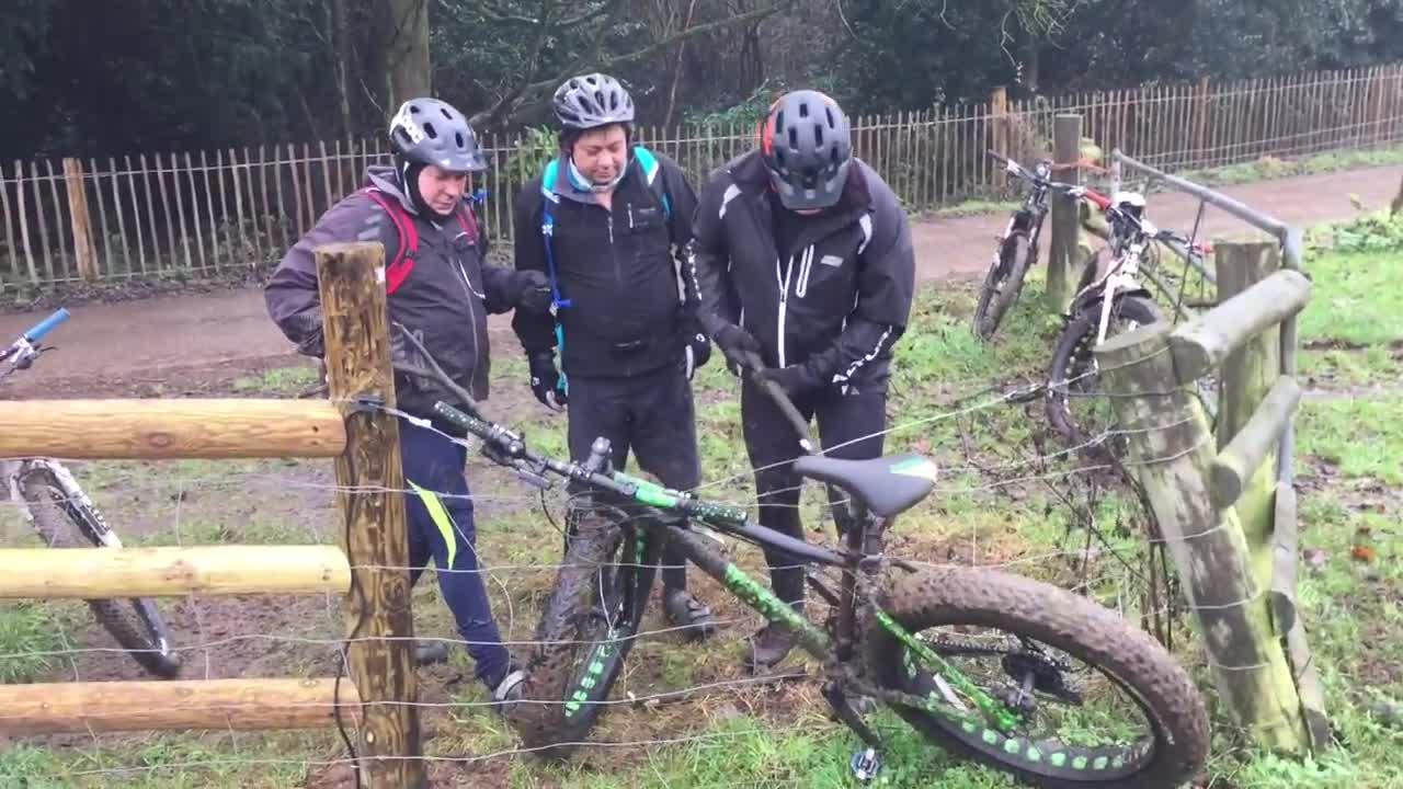 Uwalnianie roweru zaplątanego w ogrodzeniu, które jest pod napięciem