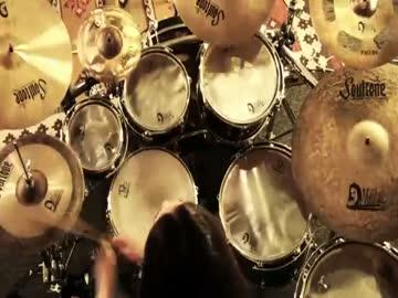 Dziewczyna wymiata na perkusji
