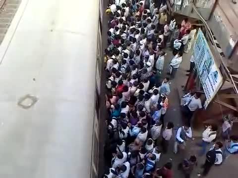 A w Indiach do pociągu wsiada się tak. . .