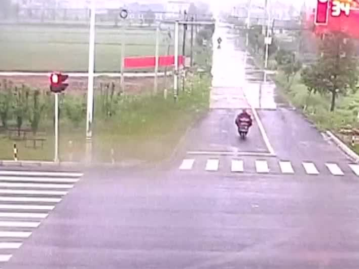Motocyklista ratuje się ucieczką. . .