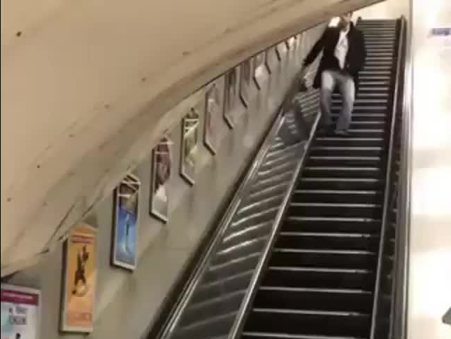 Idiota kontra ruchome schody