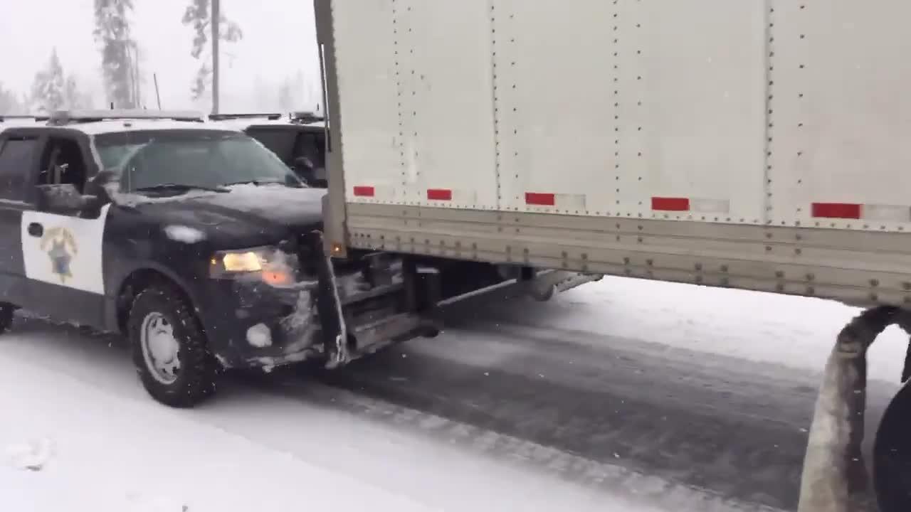 Jak amerykańska policja radzi sobie z ciężarówkami, które utknęły na lodzie?