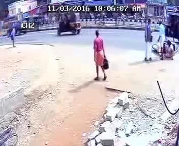 Kobieta pierwszy raz jedzie na skuterze