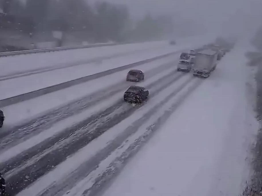 Początek karambolu z udziałem ponad stu aut na autostradzie w USA