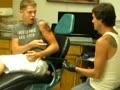Twardziel robi sobie tatuaż na 18 urodziny