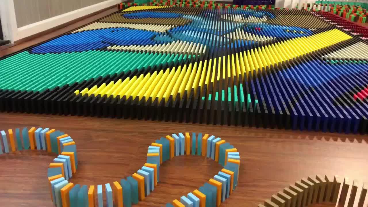 Konstrukcja z 25 tysięcy kostek domina
