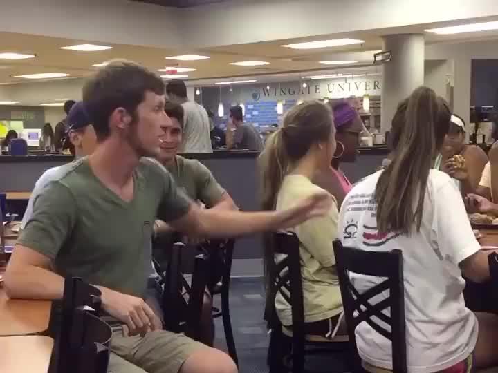 Nigdy nie dotyka włosów kobiety