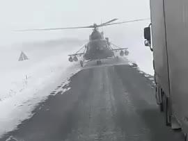 Pilot śmigłowca wojskowego ląduje na szosie by spytać o drogę