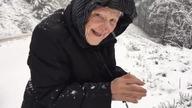 Ma 101 lat, a cieszy się na widok śniegu jak dziecko! Później zobaczcie jej reakcje na filmik o niej samej w telewizji http://www.youtube.com/watch?v=1Jx2RsQRytc