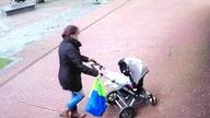 Drzewo prawie zabija matkę i dziecko w wózku