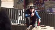 """""""Asian squat"""" czyli azjatycki sposób czekania na autobus, korzystania z telefonu, odpoczywania bądź załatwiania potrzeby fizjologicznej. Mięśnie nóg, trzeba mieć na prawdę ze stali :P"""