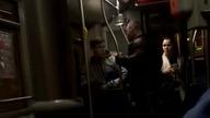 Do autobusu miejskiego wsiada dwóch pijanych mężczyzn. Jeden z nich zaczyna przystawiać się do jadącej w autobusie dziewczyny. Kilka przystanków dalej dosiada się do niej kolega. Zdenerwowany odrzuceniem pijany mężczyzna zaczyna się awanturować...