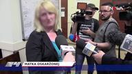 Nastolatki, które w czwartek napadły na koleżankę w Gdańsku, zostały w poniedziałek w kajdankach przywiezione przez policję do sądu rodzinnego. Ten mógł zastosować upomnienie, nadzór kuratora lub wysłać dziewczyny do poprawczaka. Decyzją wymiaru sprawiedliwości trafią tam dwie najbardziej agresywne gimnazjalistki. – Ta decyzja jest spowodowana stopniem demoralizacji i udziałem w zajściu, które mogliśmy obejrzeć w mediach społecznościowych – oświadczył sędzia Rafał Terlecki, rzecznik prasowy Sądu Okręgowego w Gdańsku, komentując skucie rąk nastolatkom.. Dzisiejszy wyrok to efekt wydarzeń z 11 maja. Film na portalu społecznościowym opublikowały same agresorki. Widać na nim jak grupa czterech dziewcząt przewraca na chodnik idącą dziewczynę. Potem biją ją, ciągną za włosy, kopią i wyzywają. Ofiara krzyczy i płacze. Nikt nie broni dziewczyny. Przeciwnie – kilka osób nagrywa zajście telefonami. Słychać też zachęty do bicia.  Według gimnazjalistów do pobicia miało dojść z powodu zazdrości o chłopaka, ale rodzice jednej ze skazanych dziewcząt przekonują, że ich córka pobiła koleżankę, ponieważ ta miała obrażać jej matkę. – Nie poszło o żadnego chłopaka. To głupoty – mówił ojciec jednej z oskarżonych. Dziewczyny, mimo młodego wieku, doskonale zna gdańska policja. Wszystkie były już notowane. – Policjanci ustalili, że zatrzymane 14-latki podejrzane są łącznie o trzy pobicia – wyjaśnia podkom. Aleksandra Siewart, rzecznik Komendy Miejskiej Policji w Gdańsku.  Jak się dziś okazało, szokujące nagranie nie jest jedynym. W sieci krąży również drugi film. Widać tu jak te same napastniczki męczą jakąś dziewczynę. Być może tę samą. Do sprawy dołączyła prokuratura. Sytuacji w gimnazjum przygląda się też Kuratorium Oświaty. Dzisiejszy wyrok nie zamyka sprawy. Na filmach, które analizuje teraz policja, widać, że w linczu brały udział także inne osoby. One także mają stanąć przed sądem.